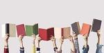 Kinder halten Bücher hoch